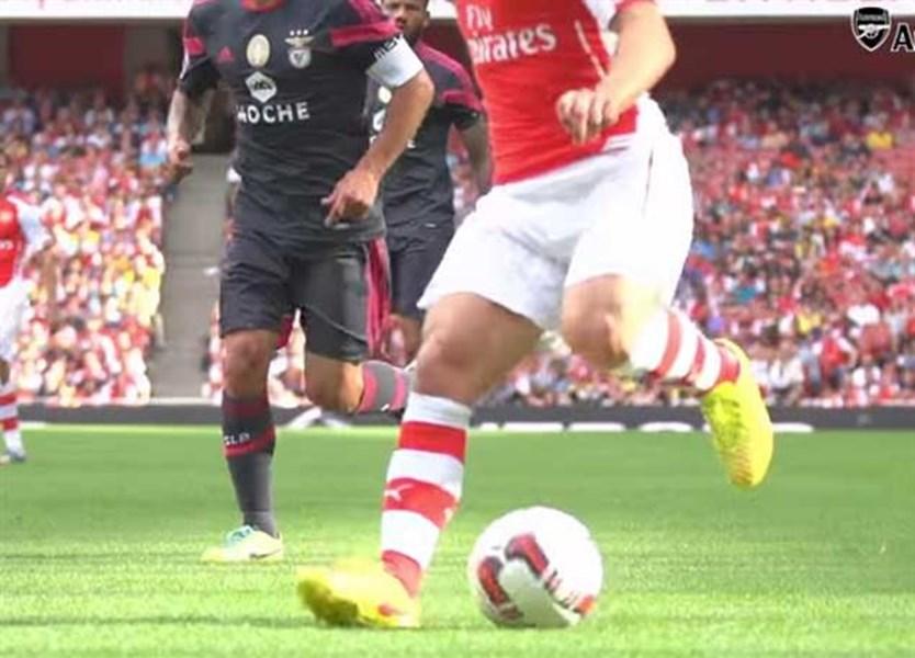 Arsenal coloca uma bola à venda para... esquerdinos - Vídeos - Jornal Record 248b9ad1749ba
