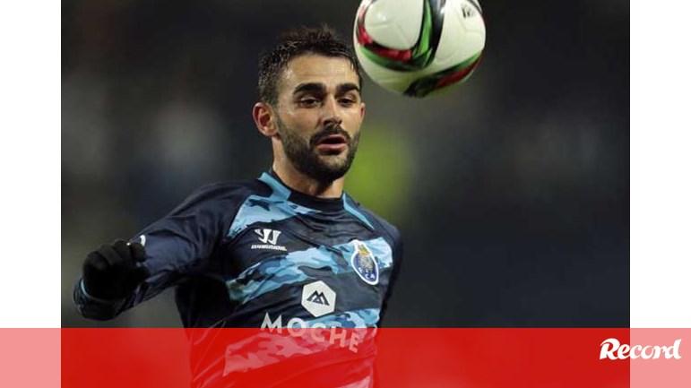 Fàbregas desconhece que Adrián não está no plantel - FC Porto - Jornal  Record 93875cc16cff0