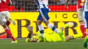 Ederson esticou-se e tirou o golo dos pés de Soares