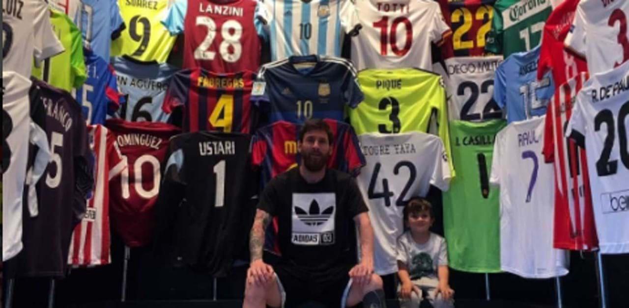 1   2 Na coleção de Messi não falta a camisola da seleção portuguesa. Sabe  de que jogador  67ea137cee009