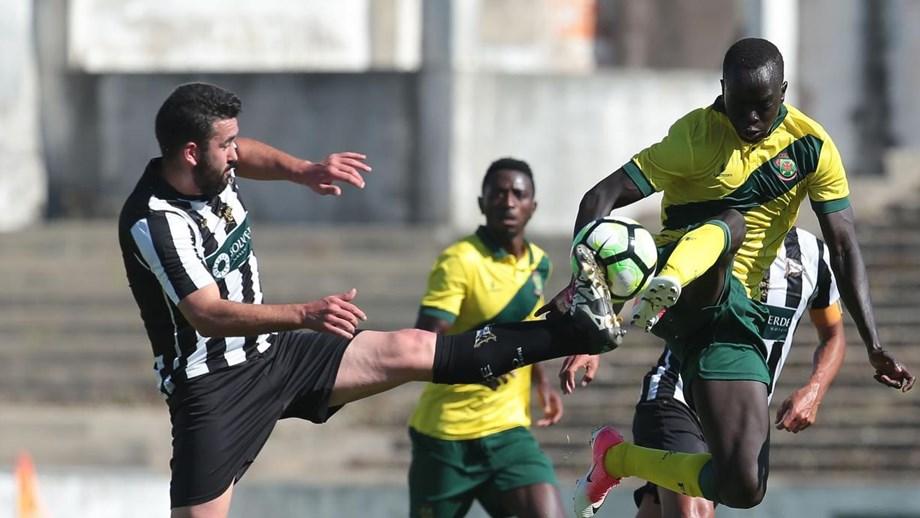 5dc329cba7 Vitória por 3-0 no terreno do Sp. Espinho - P. Ferreira - Jornal Record