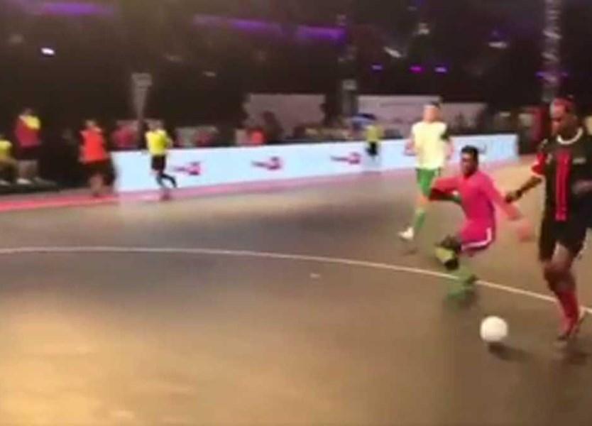 Ronaldinho Gaúcho foi jogar futsal para a Índia para fazer isto... - Vídeos  - Jornal Record 1a771c173c0b2