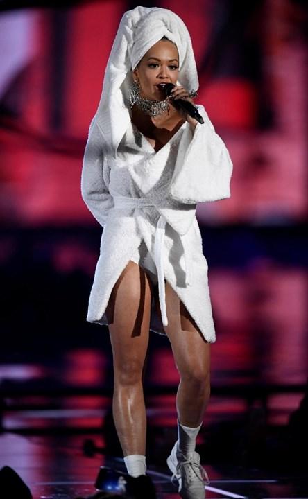 bebe1cf7db8 1   8 O que se passou na cabeça de Rita Ora (além da toalha) para aparecer  assim numa passadeira vermelha