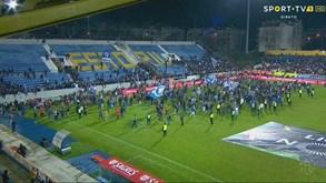 Adeptos do FC Porto fugiram para o relvado após bancada começar a ceder