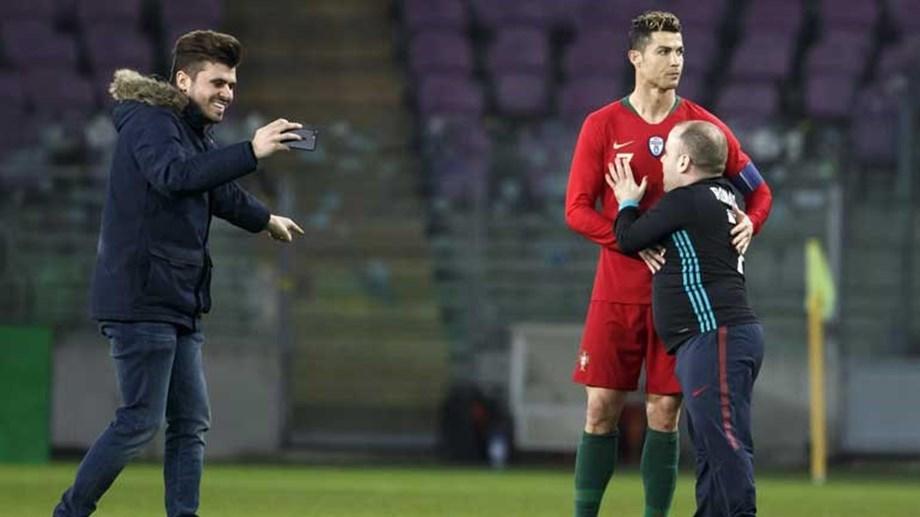 232151419dca1 CR7) invadem campo para abraçar Ronaldo e até tirar selfies em pleno jogo .