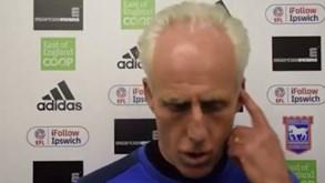Treinador do Ipswich fez substituição, foi vaiado... e demitiu-se em direto