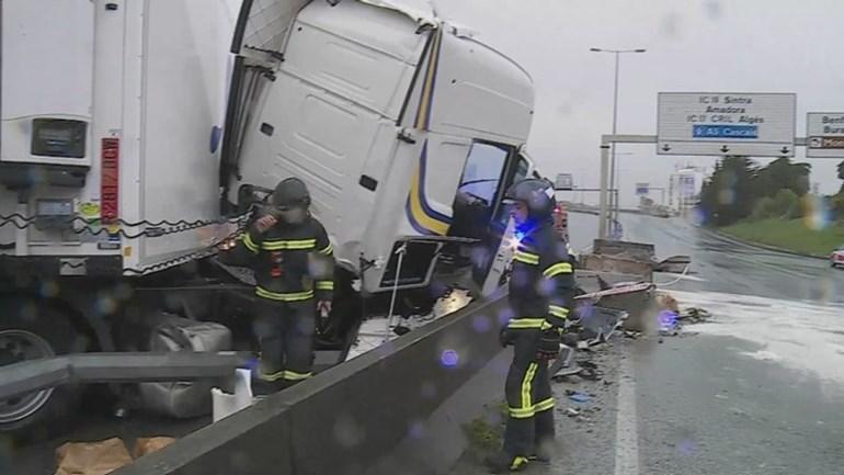 Resultado de imagen de Segunda Circular cortada em Benfica devido a despiste de camião