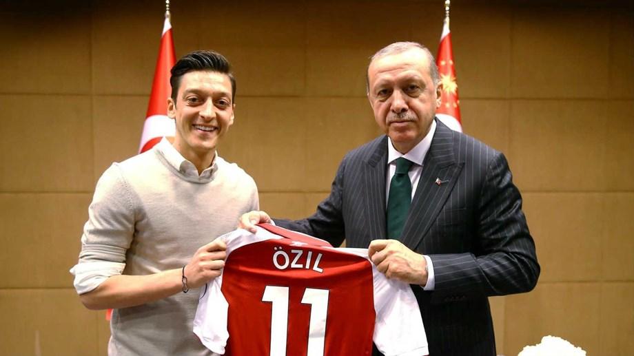 Ozil e Gundogan muito criticados na Alemanha por posarem com Erdogan ... 1575fea8b75f8