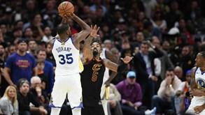 Kevin Durant 'abate' Cavs e deixa Warriors a um triunfo do título da NBA