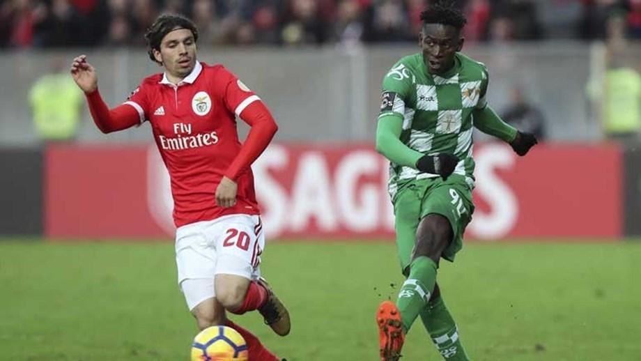 0b3c178fab Rui Vitória segura Alfa Semedo - Benfica - Jornal Record