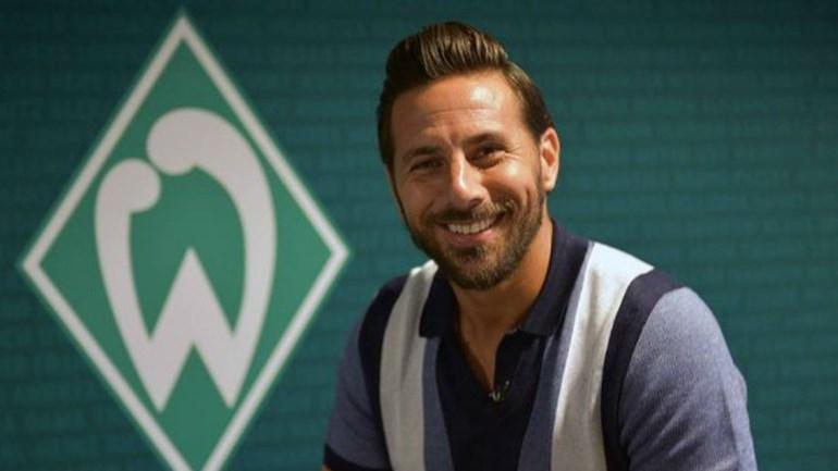 Claudio Pizarro assina pelo Werder Bremen pela quarta vez na carreira