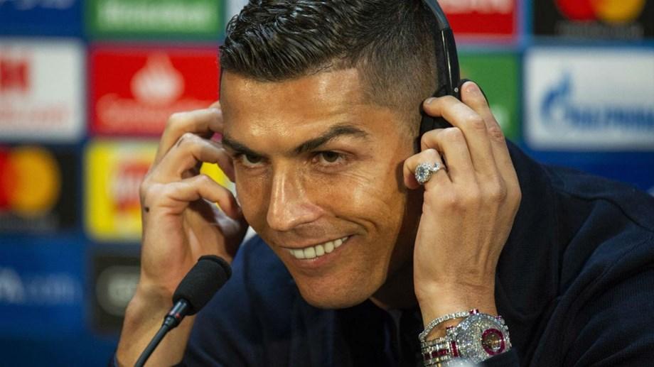 734ef637da3 Cristiano Ronaldo surge em Manchester com relógio avaliado em 2 milhões de  euros .