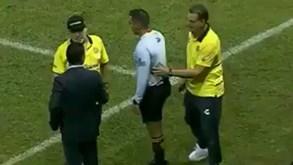 Maradona troca palavras com treinador adversário e acaba expulso
