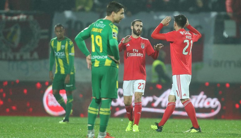 0cdbeb2f70 O Benfica venceu o Tondela e colocou um travão aos quatro jogos sem vencer.  Conti fez um autogolo que complicou a tarefa