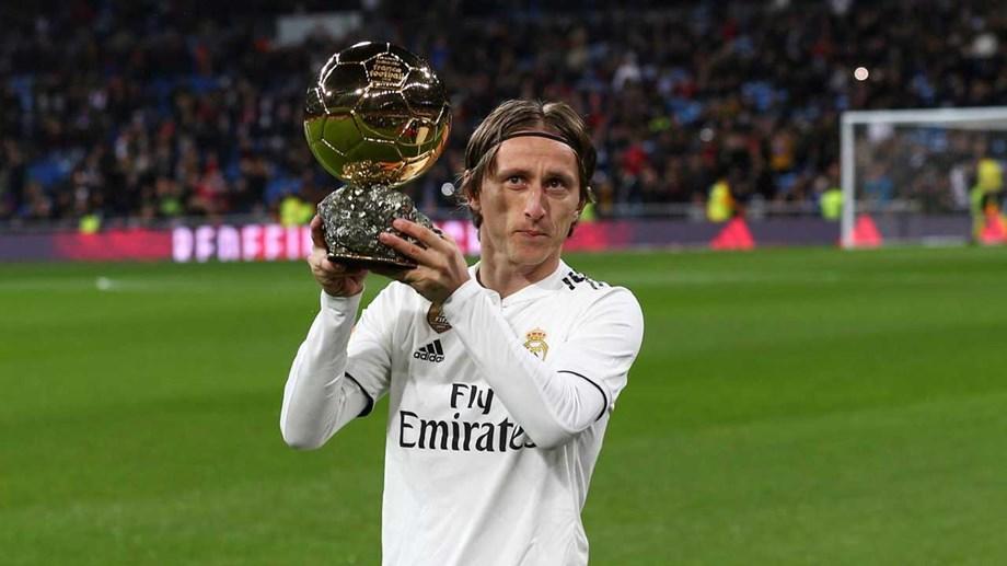 83434230dd Modric mostrou a Bola de Ouro em pleno Santiago Bernabéu ...