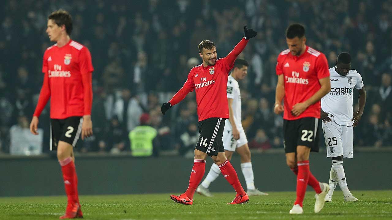 O Benfica soma três pontos na visita ao terreno do V. Guimarães e continua  na perseguição ao líder FC Porto. Os encarnados mantêm-se a cinco pontos 5b438cbd53d30