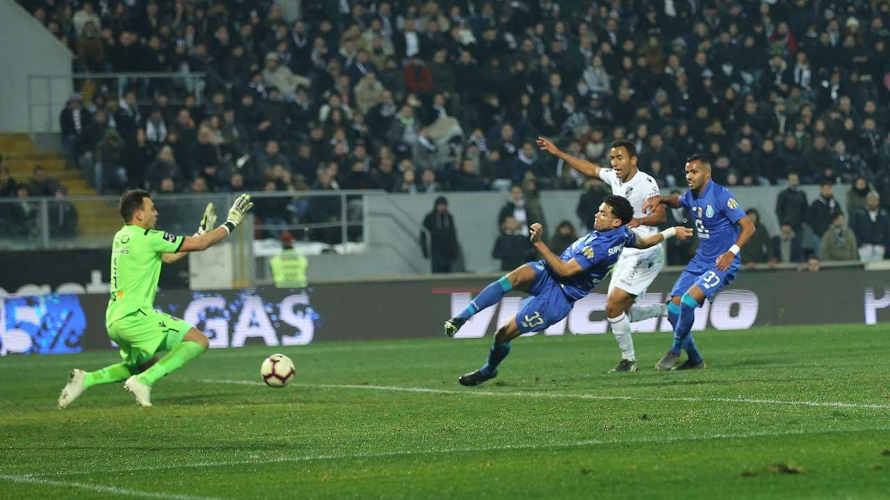 O Sporting fica com 39 pontos e o Vitória com 32. Terminou sem golos o  duelo entre V. Guimarães e FC Porto. f4ef93271e2d7
