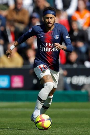 Neymar - El crack brasileño cambió el Barcelona por el PSG, al inicio de la temporada, y podría estar de salida del equipo de París.  Su transferencia puede animar el mercado y será por valores exorbitantes.  Esto después de haber llegado al PSG por 222 M €