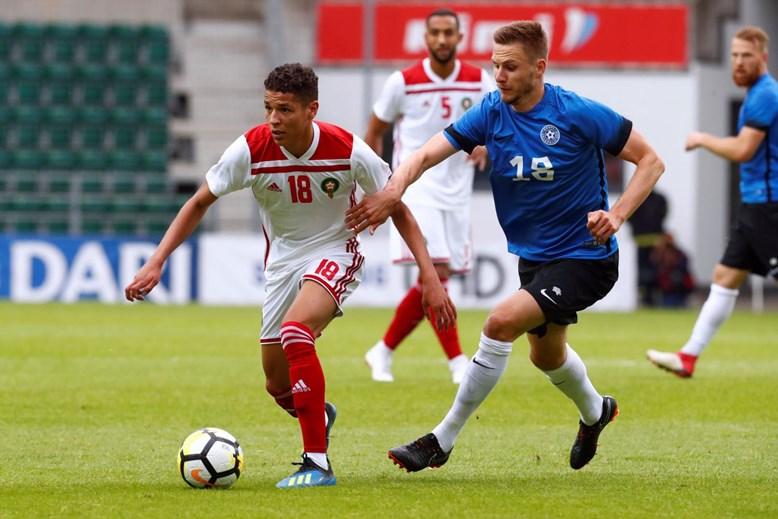 12. Amine Harit (a la izquierda), Schalke 04. Descendió 12 millones, vale ahora 10