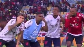 Jogadores do Athetico provocam Flamengo com 'cheirinho' e gesto de Gabigol