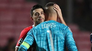 Pizzi confortou Anthony Lopes no final do Benfica-Lyon