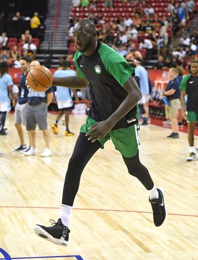 Jogador mais alto da NBA ainda não se estreou porque bateu