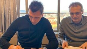 Oficial: Mandzukic reforça equipa de Rui Faria