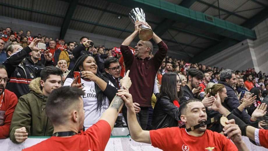 A festa do Benfica após vencer o Sporting e conquistar a Taça da Liga de futsal