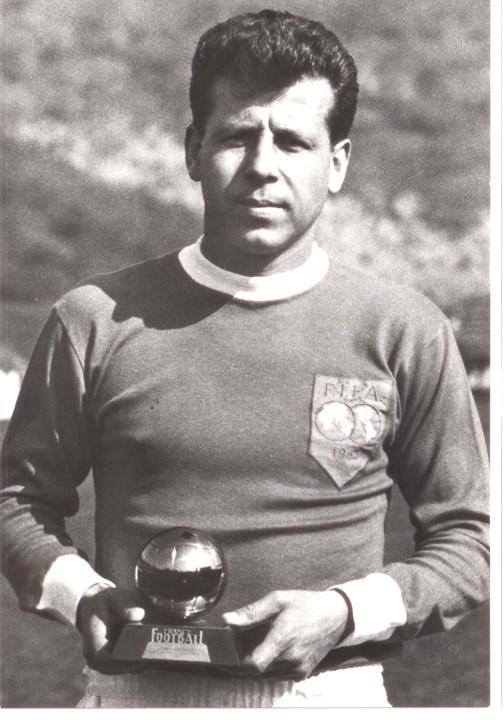 Josef Masopust - Figura do futebol checo, Josef Masopust conquistou a Bola de Ouro em 1962, ao serviço do FK Dukla Prag e só viria a sair do clube em 1968, para rumar aos belgas do RRC Brüssel, quando já tinha 37 anos. Durante a sua carreira, Josef Masopust conquistou oito campeonatos e ainda três Taças da República Checa.