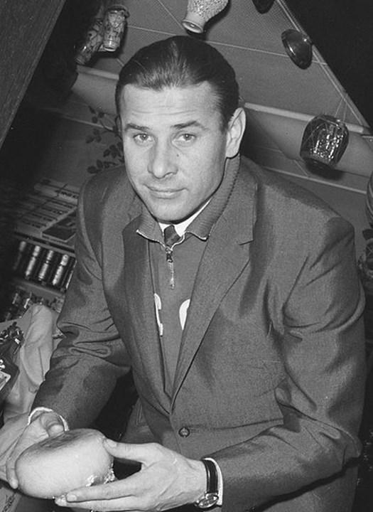 Lev Yashin - Nascido na antiga União Soviética, Lev Yashin foi um grande guarda-redes durante os anos 60, tendo conquistado a Bola de Ouro em 1963.  Aos 35 anos, o guardião vestia a camisola do Dínamo Moscovo, o segundo clube de todo o seu percurso profissional. O primeiro foi o Akademia Dínamo.