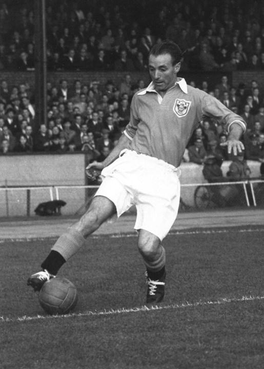 Stanley Matthews - Foi o primeiro jogador a conquistar uma Bola de Ouro em 1956. Uma figura do Blackpool, clube que representou durante 14 temporadas e onde conquistou uma Taça de Inglaterra (1953), Stanley Matthews permaneceu no emblema inglês até aos 47 anos (1962).