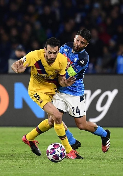 Busquets viu amarelo no Nápoles-Barcelona e não jogará a 2.º mão dos oitavos de final.
