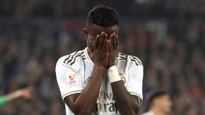 Jogadores do Real Madrid envergonhados e de mãos na cabeça após 'banho' da Real Sociedad