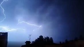 Trovoada forte 'ilumina' noite de verão em Lisboa com chuva a ameaçar: veja as imagens