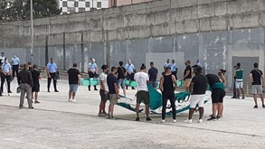 Adeptos  do Sporting com mensagem de apoio na chegada do autocarro