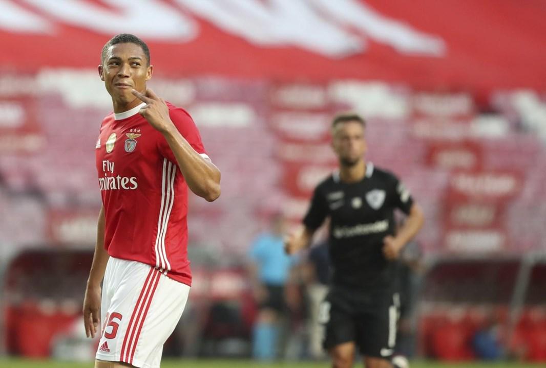 Carlos Vinícius (Benfica) - 'Chegou, viu e venceu. Não era a primeira escolha quando chegou à Luz, mas uma convincente primeira época colocou o oportunista avançado brasileiro nos melhores marcadores da Liga NOS'.