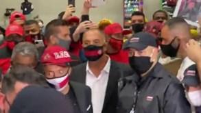 Boné, camisola e música: Sucessor de Jorge Jesus chega ao Brasil e é assim recebido pelos adeptos do Flamengo
