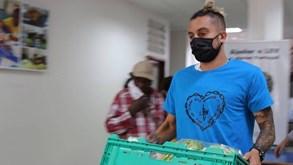 Alex Telles faz voluntariado na Legião da Boa Vontade e surpreende famílias apoiadas