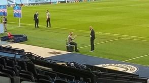 Uma imagem para recordar: Guardiola e Zidane à conversa como dois amigos no relvado