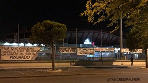 Tarjas de contestação a Vieira nas imediações do Estádio da Luz