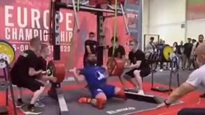 Horrível lesão de halterofilista russo: tenta levantar 400 kg e fratura os dois joelhos