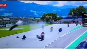 Acidente grave na corrida de Moto2 no GP Áustria: antigo companheiro de Miguel Oliveira envolvido