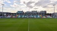 Hunky Dorys Park (Drogheda United) - Depois da conquista do campeonato irlandês em 2007, o clube entrou em dívidas e acabou mesmo por ir à falência. Entretanto, o clube acabou por surgir das cinzas graças a um investimento de... uma empresa de batatas fritas.