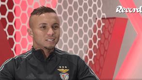 Everton rendido a Taarabt: «Tem o jeito brasileiro de jogar futebol»