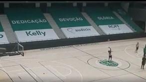 Basquetebolista do Sporting marca do meio-campo... e de costas para o cesto