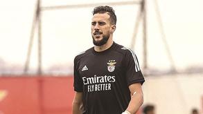 Helton recupera e segue viagem: guarda-redes ruma à Grécia com o plantel do Benfica