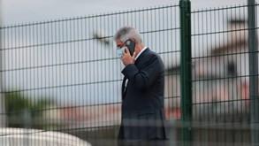 Luís Filipe Vieira sozinho ao telefone antes do Famalicão-Benfica