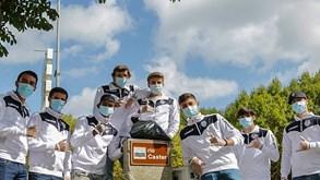 Jovens jogadores do Feirense limpam margens do Rio Caster em ação de sensibilização