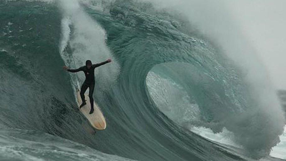 Lenda do surf cria circuito mundial de surf online