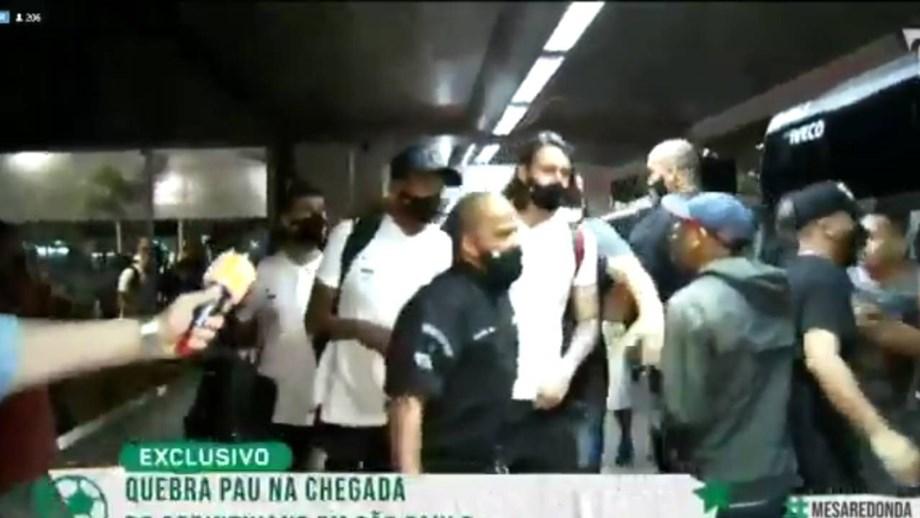 Adeptos fazem espera à equipa do Corinthians no aeroporto: jogadores fogem para o autocarro